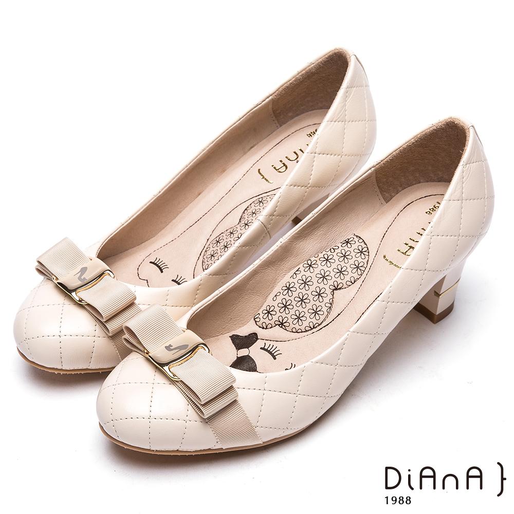 DIANA雷射飾釦綿羊皮跟鞋-漫步雲端厚切瞇眼美人-米