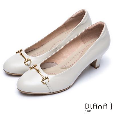 DIANA 輕熟時尚—馬銜飾釦真皮跟鞋-米白