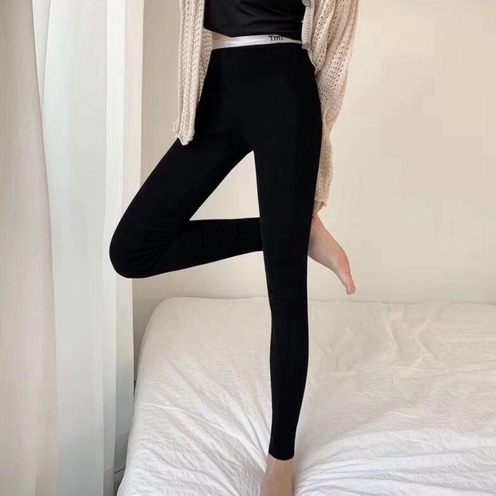 La Belleza鬆緊腰頭英文字刺繡坑條彈性內搭褲