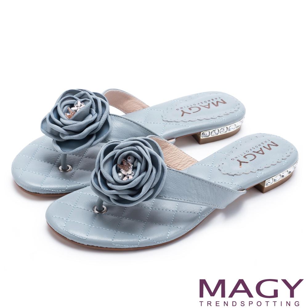 MAGY 夏日休閒甜美款 玫瑰羊皮跟鑽夾腳拖鞋-藍色