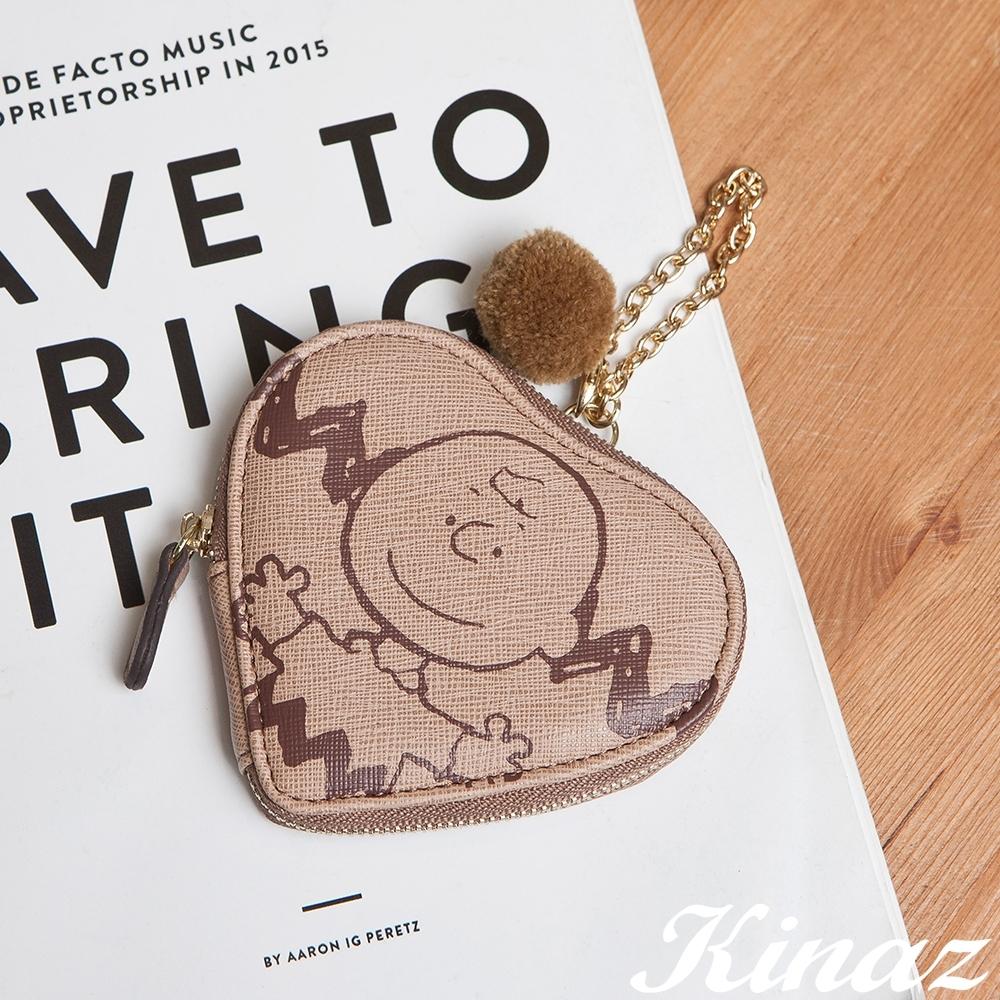 KINAZ 查理布朗聯名款 愛心形狀鏈帶毛球零錢萬用包-溫柔霧灰棕-心動系列