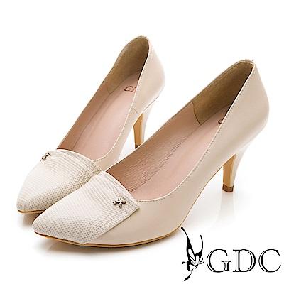 GDC-真皮異材質拼接小扣飾尖頭高跟鞋-米色