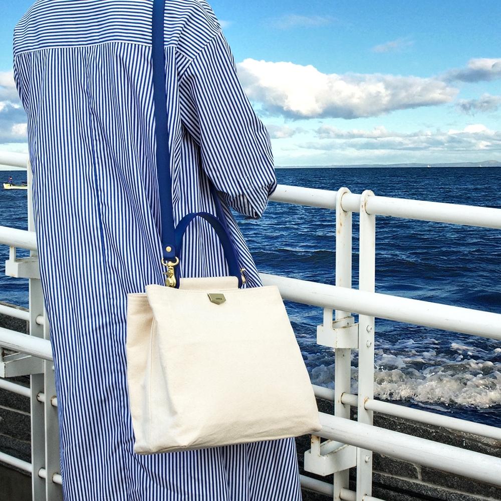 【IBAOBAO愛包包】ADOLE-ADay皮革斜背包/米帆布包+藍色提把