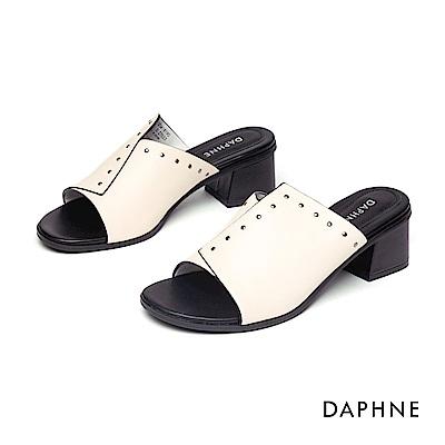 達芙妮DAPHNE 涼鞋-俐落拚接剪裁鉚釘鑲邊粗跟涼鞋-米白