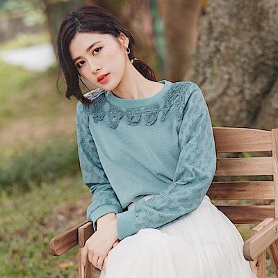 純色針織領口蕾絲拼接網紗袖身印花長袖上衣-OB大尺碼
