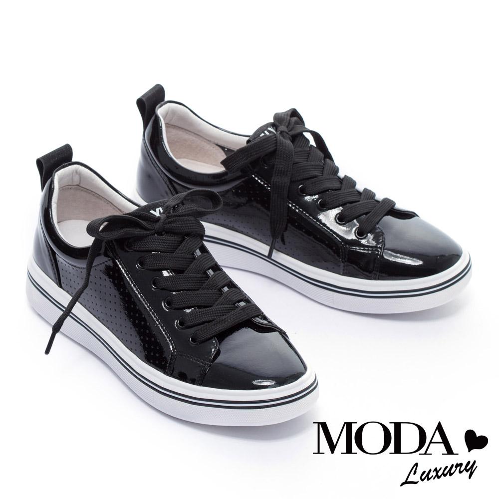 休閒鞋 MODA Luxury 率性潮感沖孔拼接漆皮綁帶厚底休閒鞋-黑