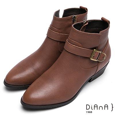 DIANA 雅緻品味—拼接車線仿繞帶金屬釦側拉鍊尖頭短靴-棕
