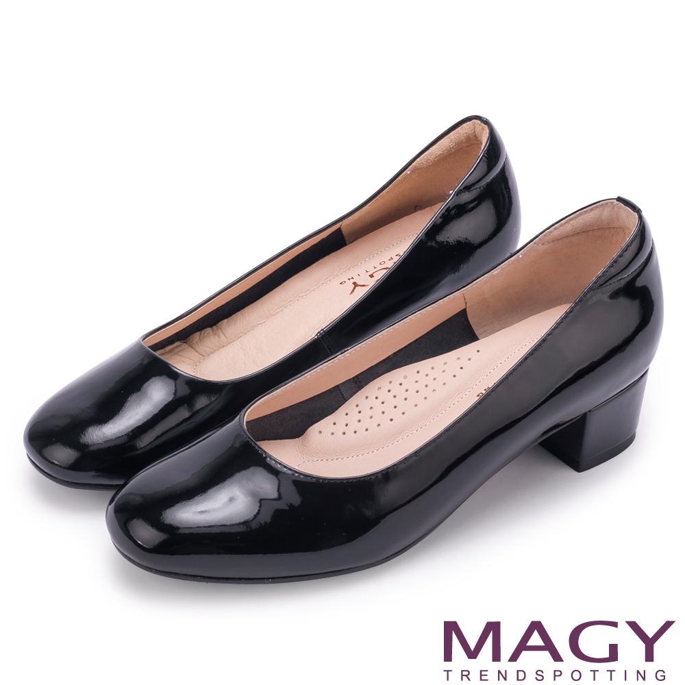 MAGY OL素雅簡約真皮尖頭 女 粗中跟鞋 鏡黑