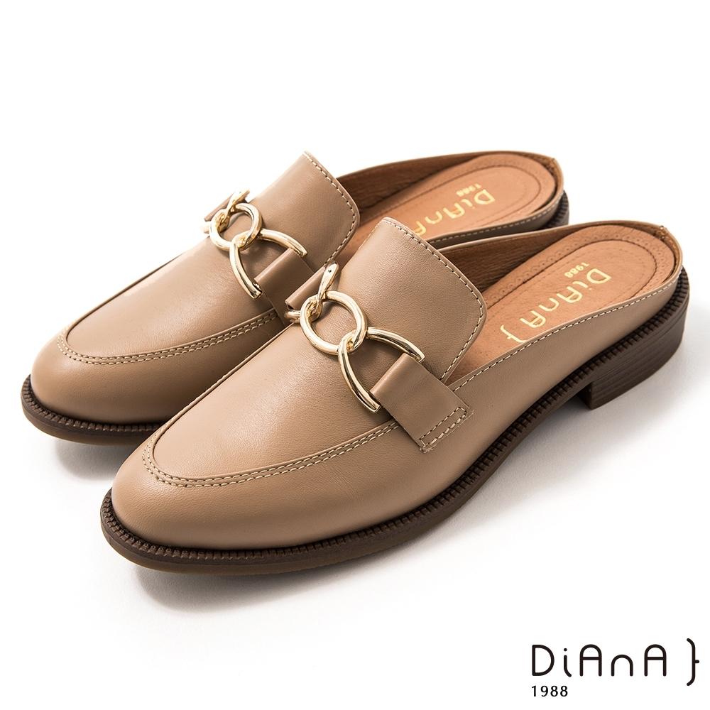 DIANA 2.5 cm質感牛皮金屬馬銜釦樂福穆勒鞋–漫步雲端焦糖美人–杏仁米