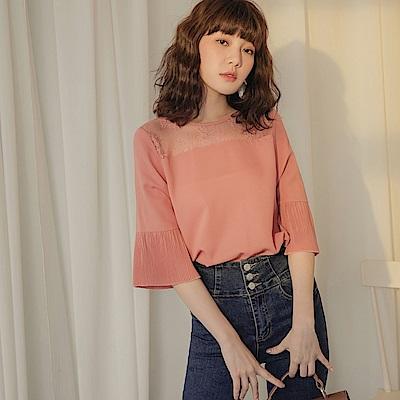 純色不易皺透膚蕾絲拼接壓褶設計七分袖上衣-OB大尺碼