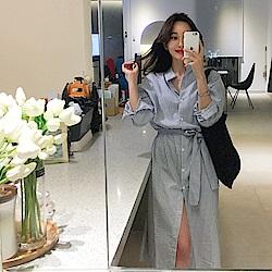 MOCO小立領淺藍色條紋開釦排釦側開叉襯衫洋裝附綁帶