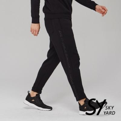 【SKY YARD 天空花園】棉質側邊文字印花彈力休閒長褲-黑色