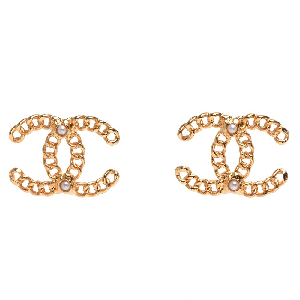 CHANEL 經典雙C LOGO鎖鍊造型珍珠鑲嵌穿式耳環(金)