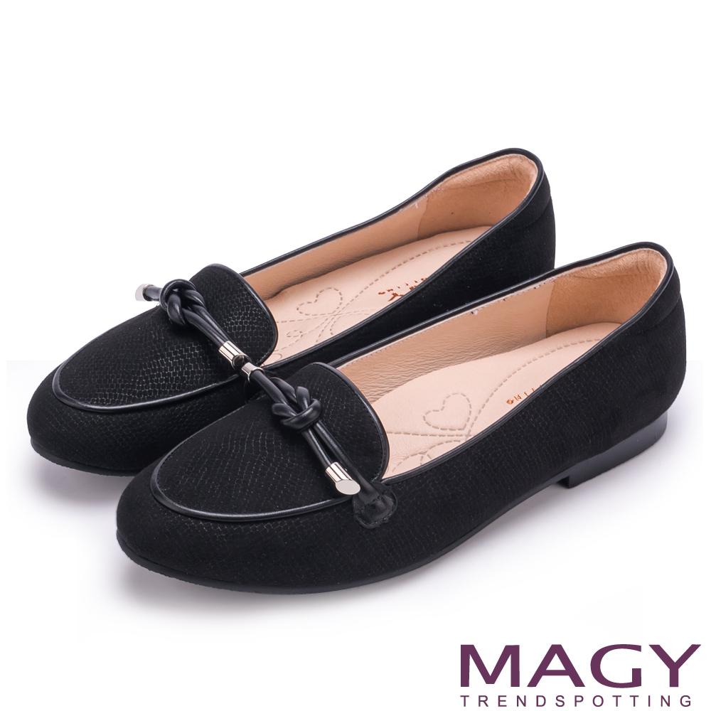 MAGY 復古上城女孩 質感布料細帶扭結平底鞋-黑色