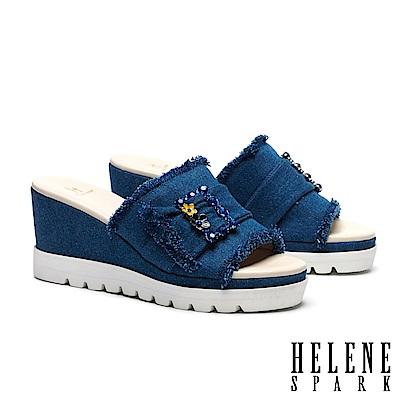 拖鞋 HELENE SPARK 復古率性花朵晶鑽方飾釦抽鬚牛仔布楔型高跟拖鞋-深藍