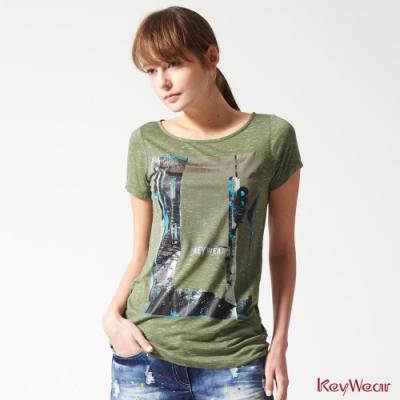 KeyWear奇威名品    輕薄透氣街景印花上衣-綠色