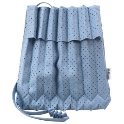 ISSEY MIYAKE 三宅一生 ME系列 沖孔紋伸縮摺疊樹幹翻蓋斜背包(灰藍)