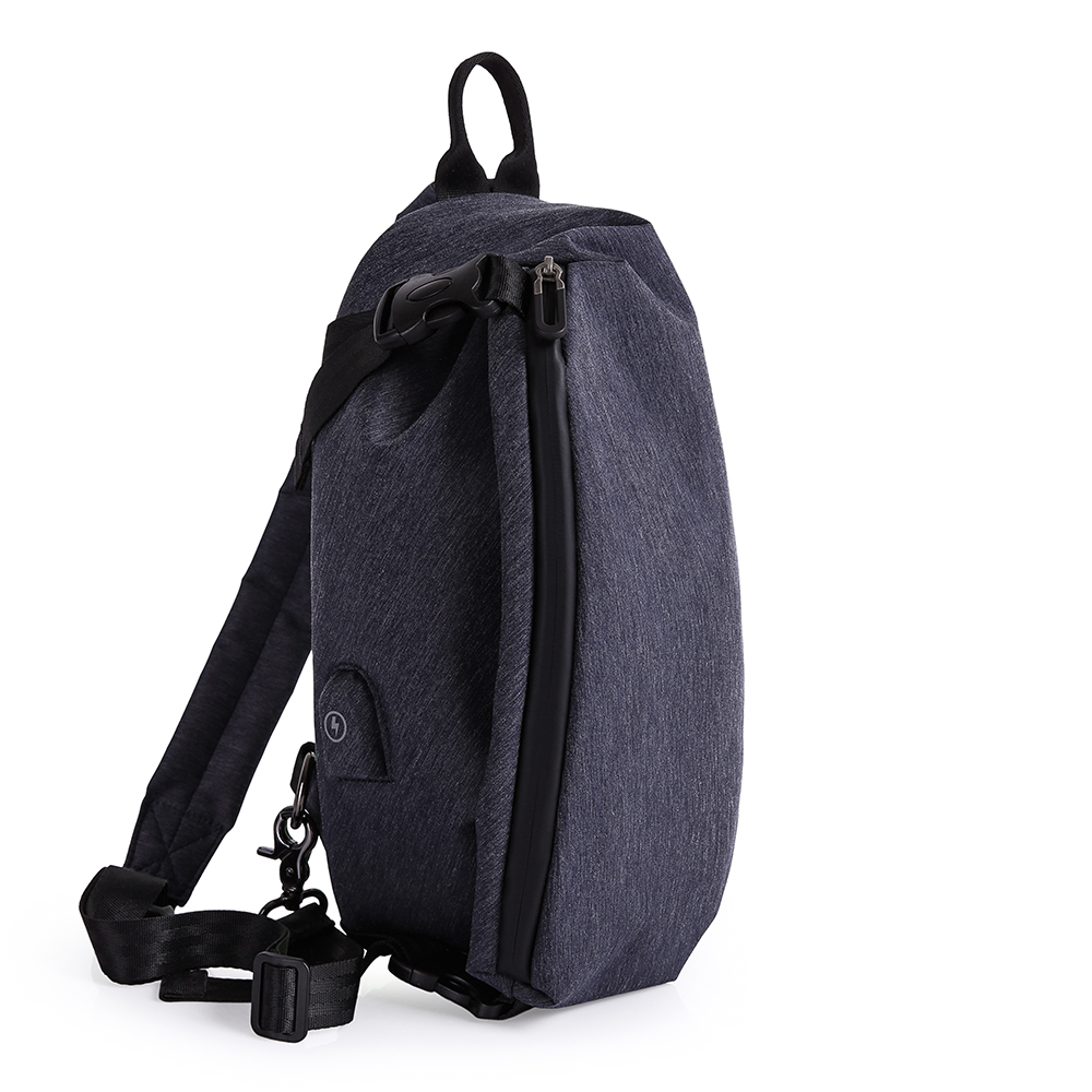 leaper 防潑水USB充電個性單肩包胸包 共2色