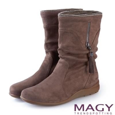 MAGY 暖冬時尚 2WAY抓皺絨布素面百搭中筒靴-可可