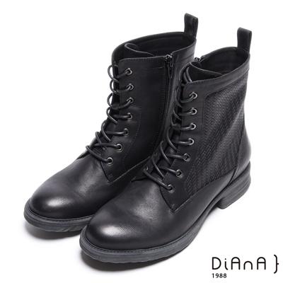 DIANA 率性玩味–簡約風潮壓紋綁帶短靴-黑