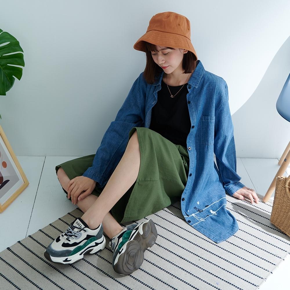 慢 生活 貓兒刺繡長款單寧襯衫外套- 淺藍/深藍