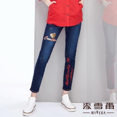 【麥雪爾】棉質亮片拼貼愛心字母印花牛仔褲