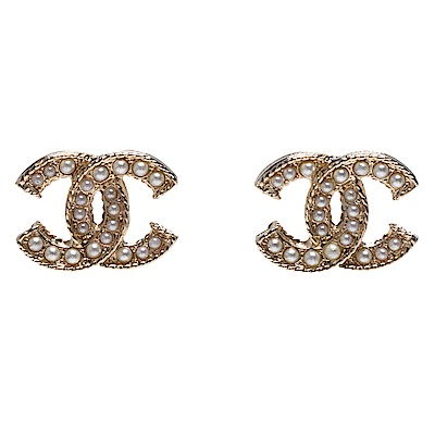 CHANEL 經典珍珠鑲嵌雙C LOGO框邊造型穿式耳環(金)