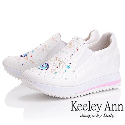 Keeley Ann墊起腳尖愛 宇宙電繡圖騰內增高休閒鞋(白色-Ann系列)