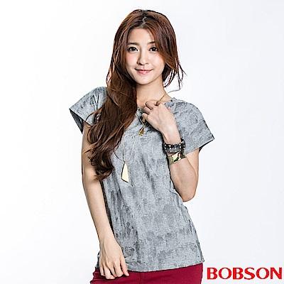 BOBSON 女款刷紋印圖短袖上衣(灰83)