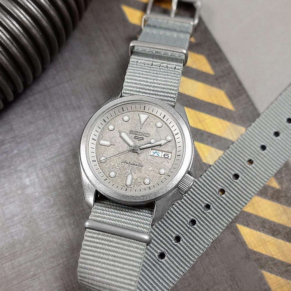 SEIKO 精工 5 Sports 機械錶 舊化風潮 星期日期 尼龍帆布手錶-灰色/40mm