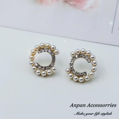 【ANPAN愛扮】韓大門經典字母珍珠小香C925銀針耳釘式耳環