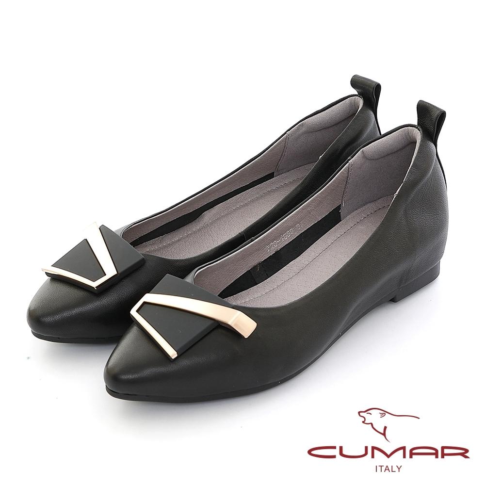 【CUMAR】金屬不對襯飾釦尖頭內增高平底鞋-黑色