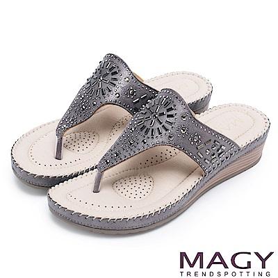 MAGY 迷人耀眼時尚風 幾何鑽飾絨布夾腳拖鞋-灰色