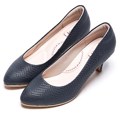 DIANA漫步雲端輕盈美人款--知性簡約閃電壓紋質感真皮跟鞋-深藍