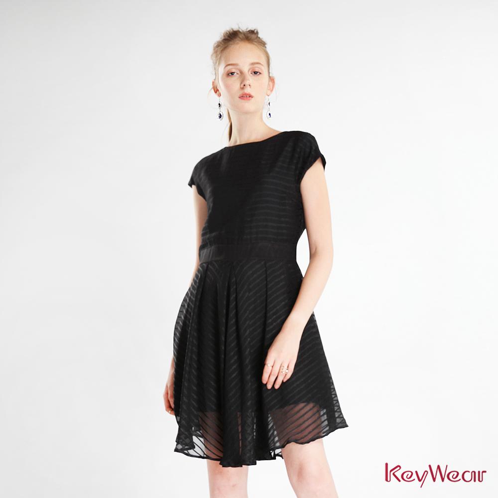 KeyWear奇威名品    落肩無袖條紋洋裝-黑色