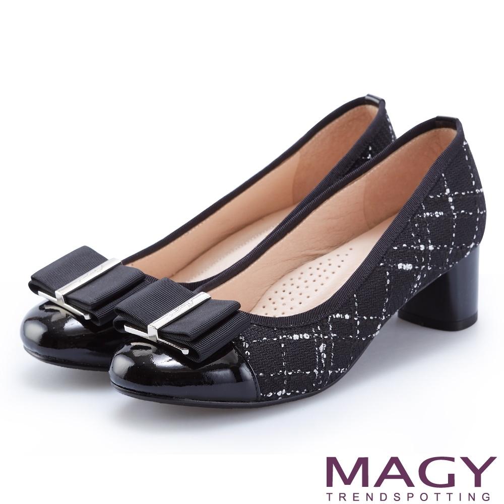 MAGY 氣質首選 LOGO飾釦牛皮拼接格紋布面中跟鞋-格紋黑