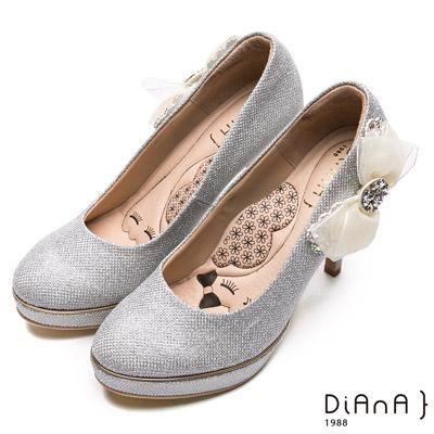 DIANA 漫步雲端瞇眼美人款—側蕾絲水鑽蝴蝶飾釦跟鞋-白銀