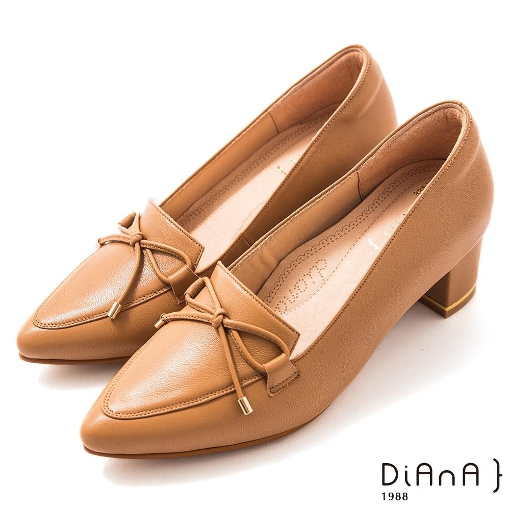 DIANA 5.5 cm 軟羊皮經典樂福蝴蝶結尖頭跟鞋-漫步雲端焦糖美人-卡其