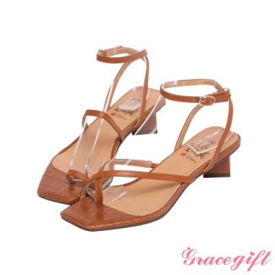 Grace gift X Kerina-聯名不對稱條帶低跟涼鞋 壓紋咖