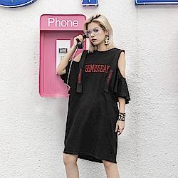 寬鬆露肩刺繡字母長版T恤-F(共兩色)-CLORI
