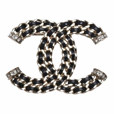 CHANEL 經典雙C LOGO皮革穿繞彩色水晶點綴造型胸針(金)