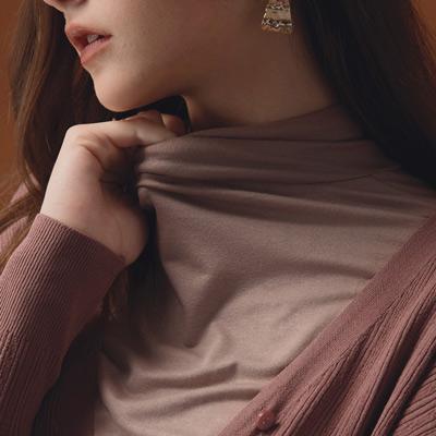 AIR SPACE LADY 經典高領純色棉彈上衣(杏)
