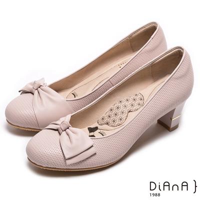 DIANA漫步雲端瞇眼美人款—蝴蝶結閃電壓紋質感真皮跟鞋-裸