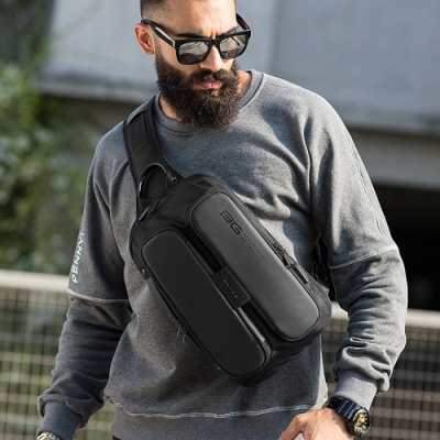 leaper  潮酷個性USB充電單肩包胸包 共2色