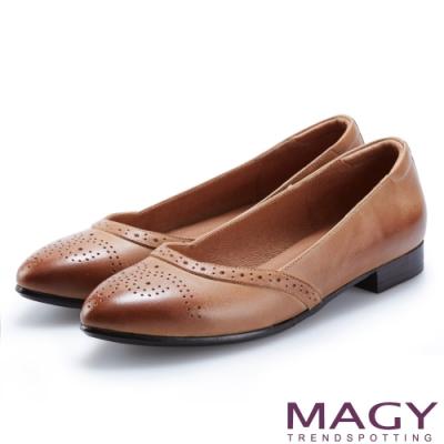 MAGY 懷舊復古風 雙色蠟感牛皮雕花平底鞋-棕色