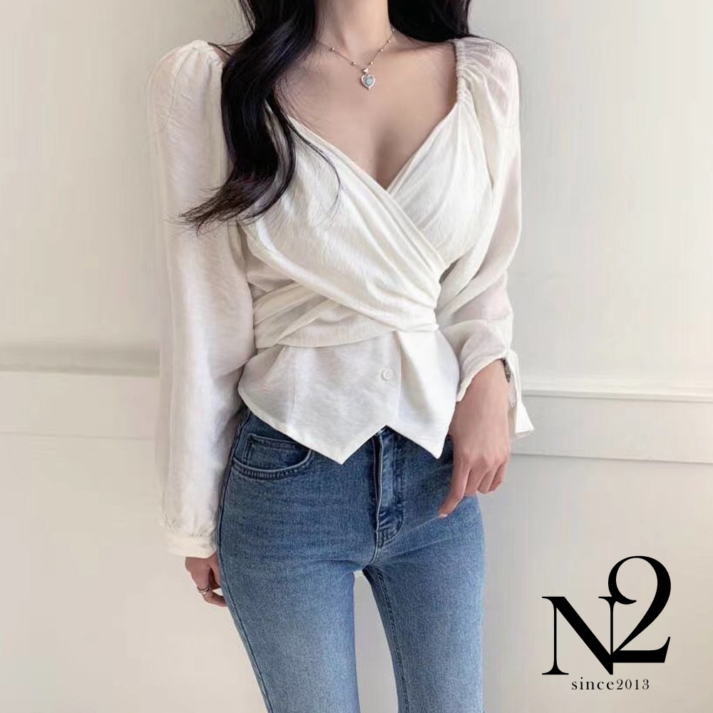 上衣 正韓絲綢質感抓皺交叉綁帶設計長袖上衣(白) N2