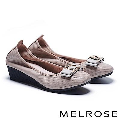 低跟鞋 MELROSE 舒適時尚質感織帶飾釦沖孔牛皮楔型低跟鞋-米