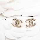 CHANEL 經典雙C LOGO金邊鑲珍珠穿式耳環 (金色)