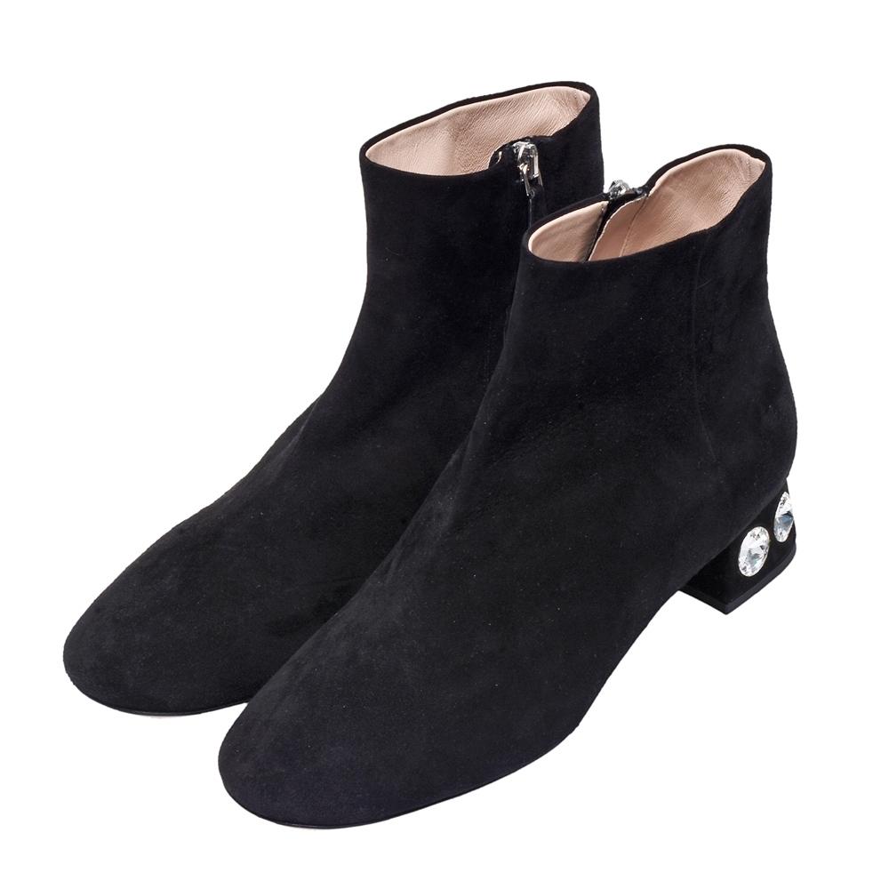 MIU MIU 素面麂皮水鑽鑲嵌粗跟短靴(黑)