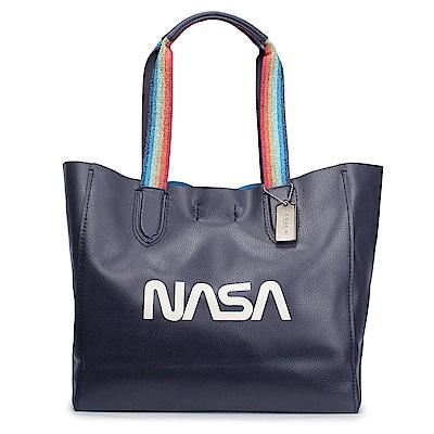 COACH NASA字樣彩虹織帶提把荔枝紋軟皮革輕型肩背大托特包-夜藍色